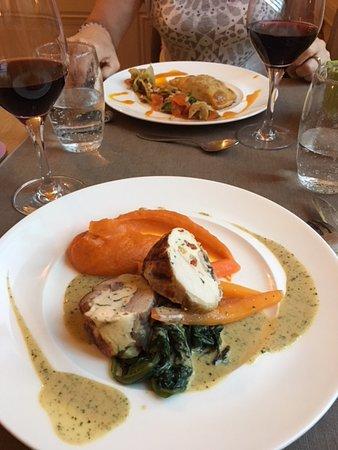 Saint-Pierre-la-Palud, فرنسا: le plat de mon mari (du poulet farci je crois)