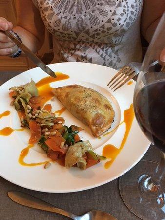 Saint-Pierre-la-Palud, فرنسا: un chausson aux bons légumes parfumés accompagnés de légumes croquants aux pignons et super sauc