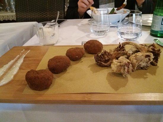 Manziana, Italien: polpette con carciofi fritti