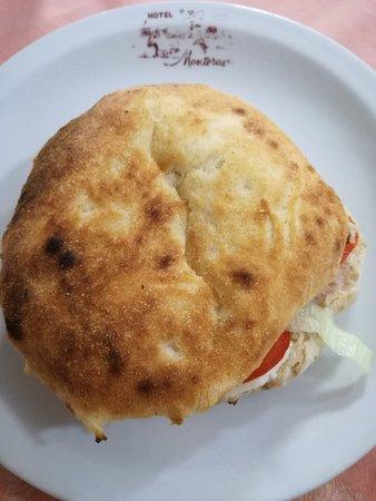 Bono, อิตาลี: Pane pizza : panino fatto con l'impasto della pizza, cotto nel forno a legna, da farcire a piace