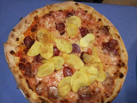 Bono, อิตาลี: Pizza con salsiccia e patatine chips