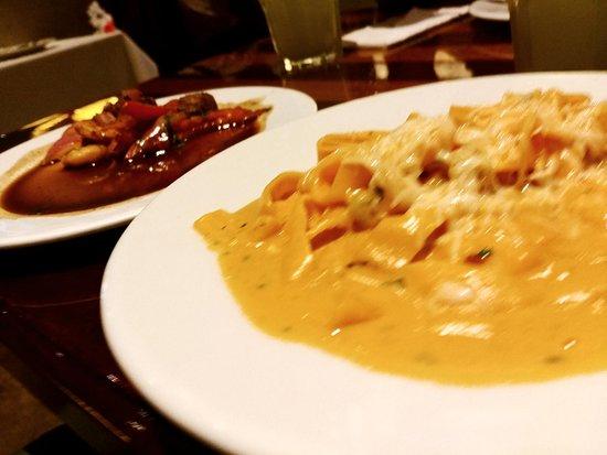 La Bistecca: Wok mar y tierra y Fetuccini al rocoto con salsa de langostinos