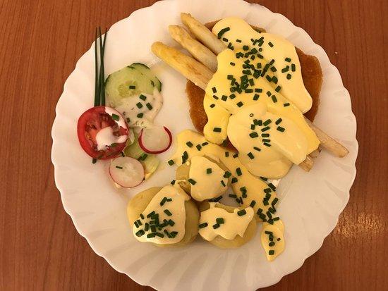 Alsbach-Haehnlein, Germany: Schnitzel mit Spargel