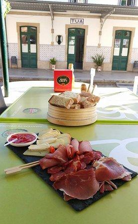 Carrazeda de Ansiaes, Portugal: Lanche com vista para a Estação de Foz Tua