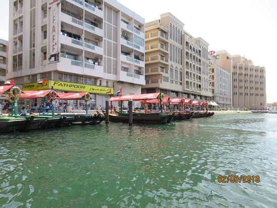 Bur Dubai Abra Dock: EMBARCATIONS A QUAI