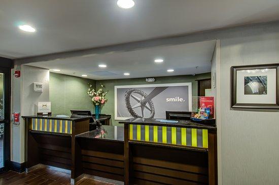 Hampton Inn Bowie: Front Desk