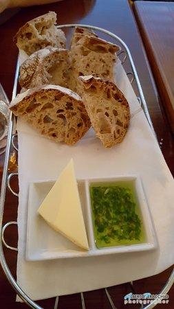 Ballymore Eustace, Ireland: Il pane presentato con burro e una salsina al finocchietto