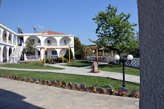 Fanari, Greece: Η αυλή του ξενοδοχείου