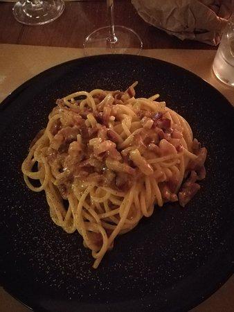 Ristorante Vineria Del Vasaio: Ravioli alla norcina, lombetto di maiale con salse e cipolle agrodolci, tartar con uovo di quagl