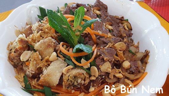 ..fraîche et nourrissante..composé de vermicelles de riz, de nems, de bœuf et de légumes croquan