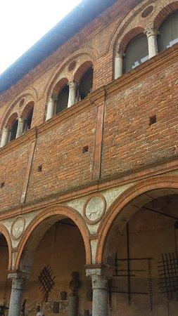 Scaldasole, Italia: Portico e loggia.