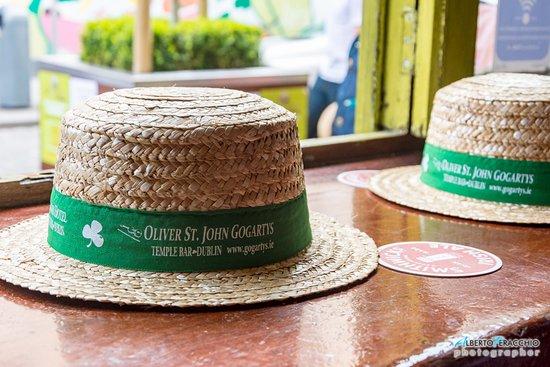 Oliver St. John Gogarty's Pub: Il tipico cappello del locale da poter indossare per le foto di rito
