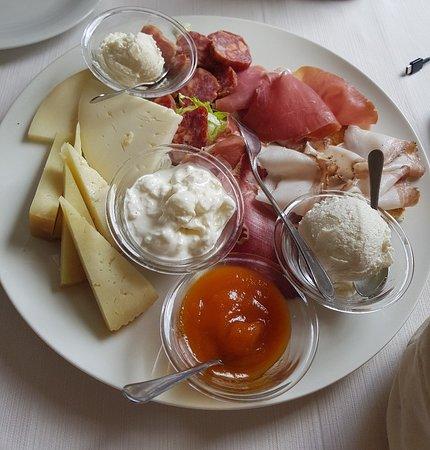 Castel del Monte, Itália: Tagliere e salumi e formaggi (26€)