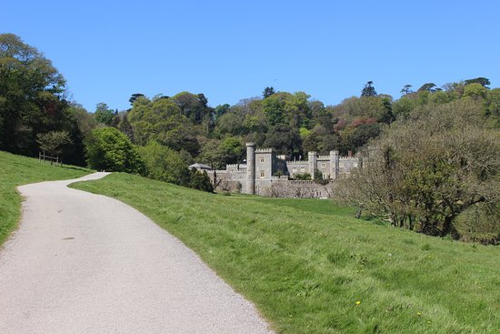 Caerhays, UK: The gentle climb to the castle with it's stunning views