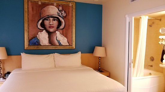 Crescent Resort On South Beach: The room is broken into a suite - Bedroom/bath/living & kitchen