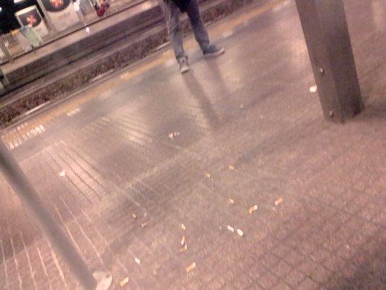Trenitalia : Cigarette butts on train platform