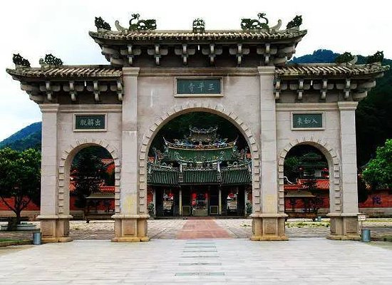 Pinghe County, China: Temple gate
