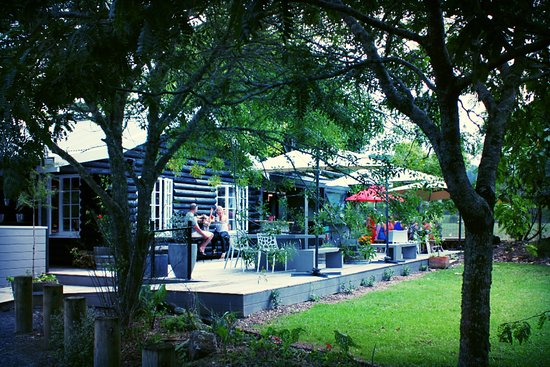 Clevedon, New Zealand: Deck perfect for sunny and warm days. Alfresco Dining area.