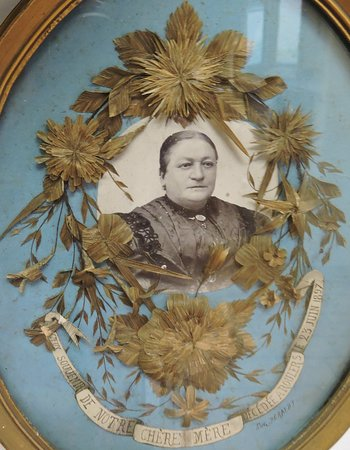 Independence, MO: Mourning wreath with either fhe lady's hair or family's.