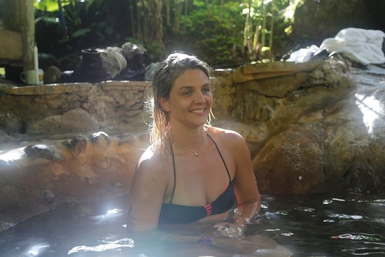 La Carolina Lodge: wood fired soaking pool on the Rio Celeste'.