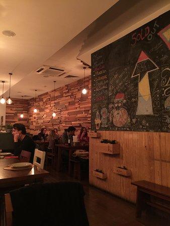 Tasco: 餐廳一隅 高朋滿座