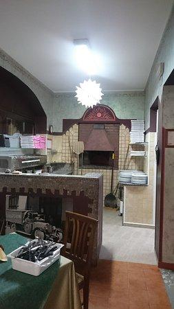 Motta San Giovanni, Italy: l'angolo dove si creano le buonissime pizze