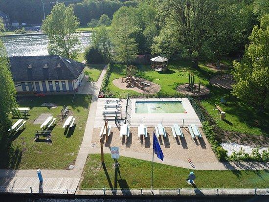 Yvoir, Bélgica: Pataugeoire et terrasse