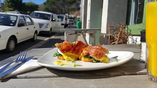 Vredehoek, Sudafrica: Eggs benedict on potato & onion rosti, spinach, bacon, hollandaise