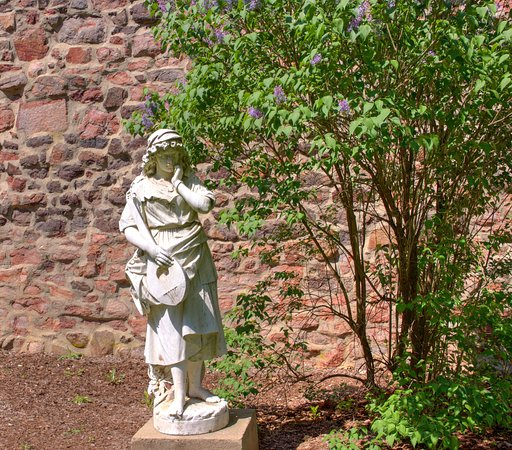 Hillsborough, Нью-Джерси: This is just one of the statues that is a open area that is surrounded by brick walls.