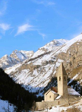 Saint-Dalmas-le-Selvage, France: Un magnifique cadre de montagnes
