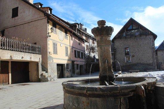 Saint-Dalmas-le-Selvage, France: La belle fontaine de la place centrale