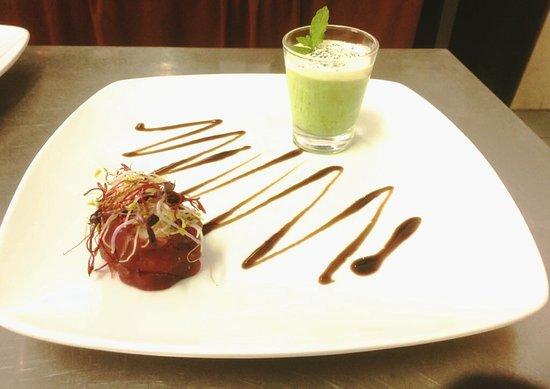 Caprezzo, Italie : Maki di bresaola con cappuccino di piselli freschi