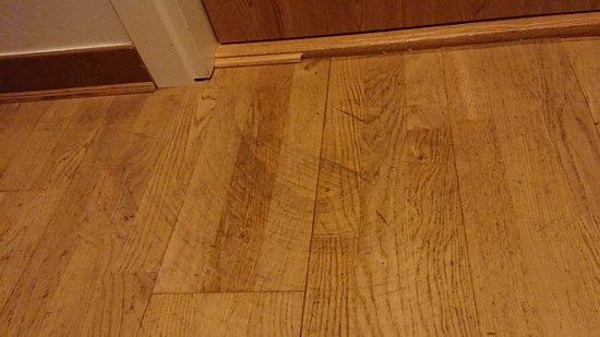 Sollentuna, Σουηδία: #Rum 206. Smutsigt golv i entré till rummet. Spår ovanpå parkettgolv.