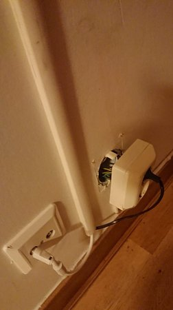 Sollentuna, Σουηδία: #Rum 206. Väggkontakter sitter lösa i ej renoverade rum.