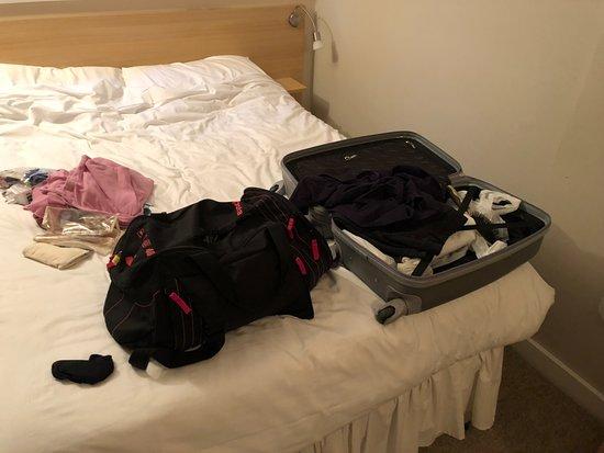 The Lansdowne Hotel: Bagagli strappati e aperti dopo il tentato furto, lasciati sul letto dal ladro.