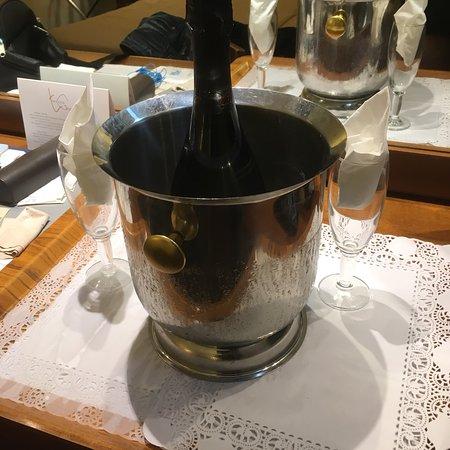 Nuovo Hotel Quattro Fontane: L'hôtel nous offre le champagne pour corriger l'erreur du premier jour ! Nous avons intégré la c