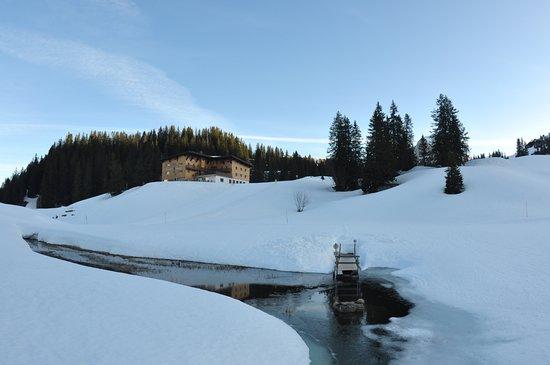 Schroecken, Austria: Steg und das Hotel Körbersee