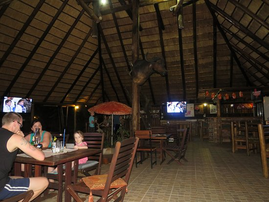 Marloth Park, South Africa: Phumala Kruger undercover dining area - with 3 TVs for sport