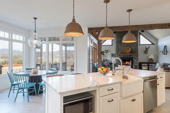 Crozet, VA: Eat-in Kitchen