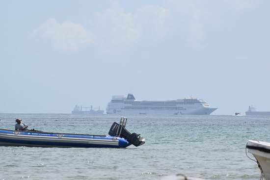 Inhaca, Mosambik: The MSC Sinfonia, anchored off the island