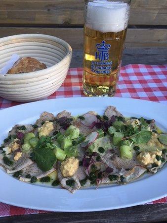 Frasdorf, Allemagne : Kalbstafelspitzscheiben mit grünen Spargelstuecken in Bozener Sauce + Tegernseer Hell