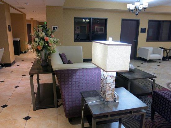 Best Western Plus Airport Inn & Suites: The lobby