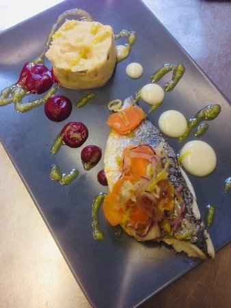 Bouches-du-Rhone, Francia: Daurade grillée, condiments et purée 3 couleurs