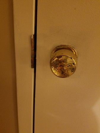 Constitution Inn: Adjoining room door with no lock