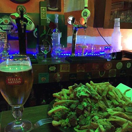 St. Patrick's Day Irish Pub Restobar: Muy buen local, variedad de cerveza artesanal nacional e internacional. Cerca de metro cummig. C