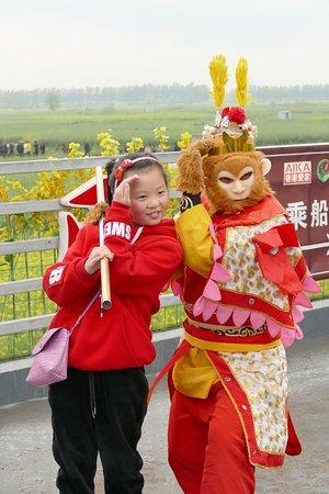 Xinghua, Çin: Wujindang Scenic Resort visitor posing