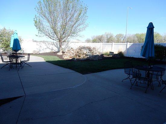 La Quinta Inn & Suites North Platte: Courtyard where pets are off-limits