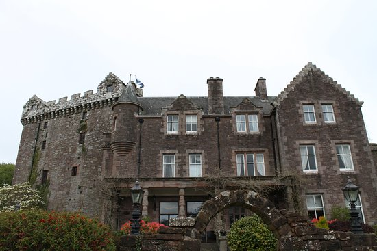 Clarencefield, UK: Hotel with the castle to the left