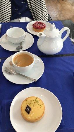 Senoble Famille Gourmande: Coffee and tea, tarte au citron, tarte framboises