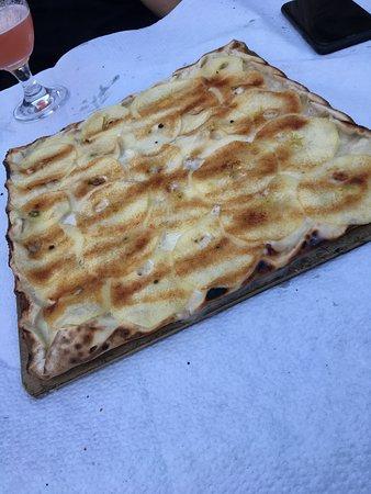 Roeschwoog, France : Süßer Flammkuchen mit Apfel und Zimtzucker
